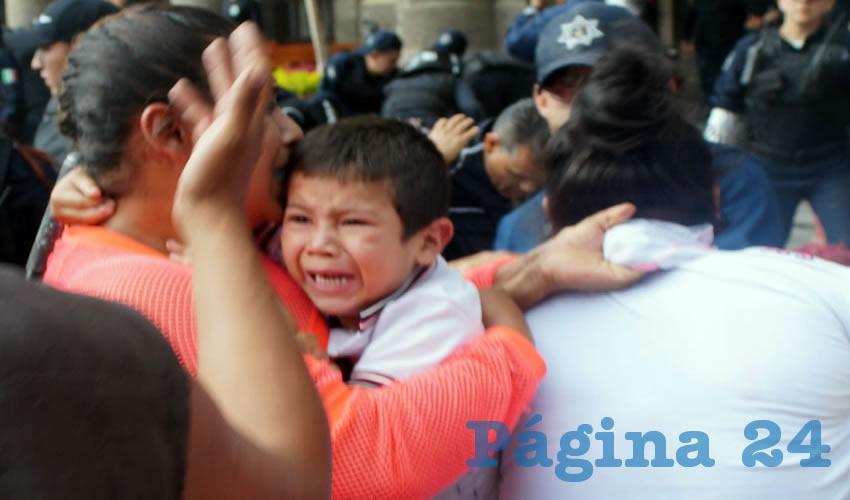 El 3 de diciembre de 2015, comerciantes ambulantes se manifestaban de manera pacífica afuera del ayuntamiento tapatío exigiendo que no los trataran como delincuentes, pero la respuesta de Alfaro Ramírez fue la misma: no hacerles caso y mandarles policías