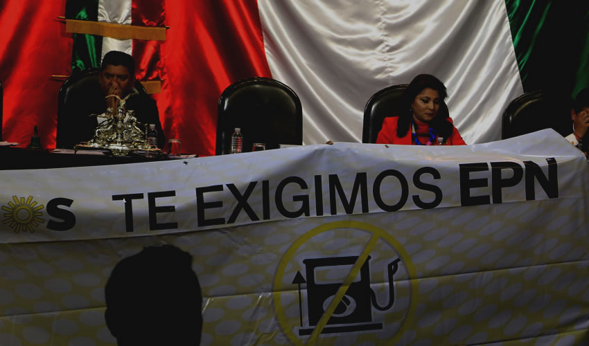 """Ciudad de México.- Diputados y senadores de la fracción del PRD mostraron una pancarta en contra del """"gasolinazo"""" durante la Comisión Permanente en la Camara de Diputados (Foto: Saúl López/ Cuartoscuro)"""