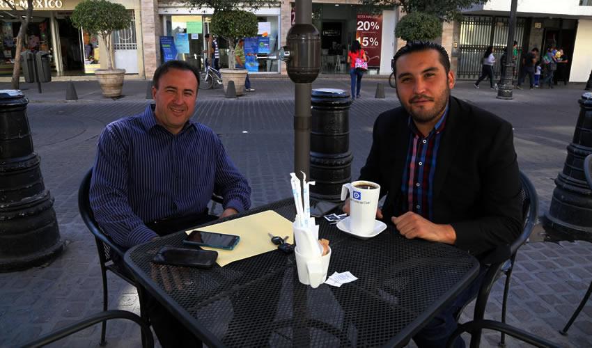 Jorge Brand Romo, empresario, y Aldo Ruiz Sánchez, presidente del Comité Ejecutivo Estatal de Morena, departieron en Café Punta del Cielo