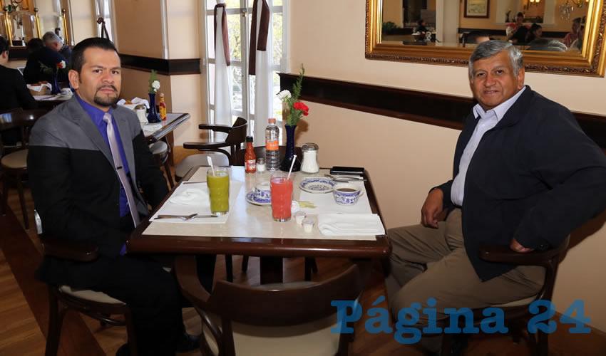 En Sanborns Francia platicaron Lázaro García Casas, abogado, y Gilberto Carlos Ornelas
