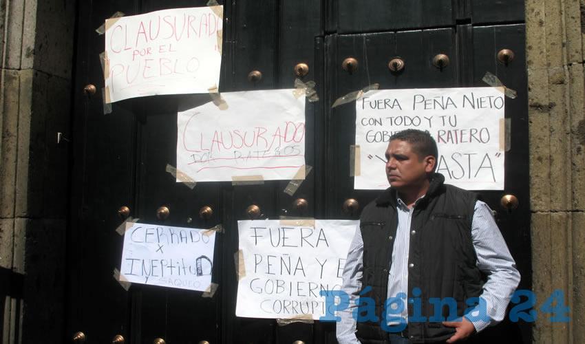Al llegar al Congreso del Estado y al Palacio de Gobierno de Jalisco los encontraron cerrados, por lo que clausuraron ambos lugares de forma simbólica, colocando cartulinas donde se les acusa de rateros/Fotos: Francisco Tapia