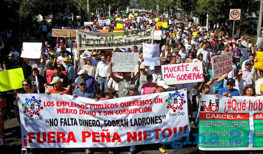 Más de 10 mil personas entre ciudadanos, organizaciones civiles y sindicalizados, todos afectados por el gasolinazo impuesto por Enrique Peña Nieto, salieron a las calles de Guadalajara para tronar contra el saqueo al pueblo/Foto: Cuartoscuro