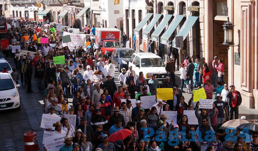 """Al grito de """"¡Fuera Peña!"""", los zacatecanos condenaron las políticas encabezadas por el presidente Enrique Peña Nieto (Foto: Merari Martínez Castro)"""