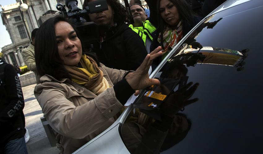 Ciudad de México.- Beatriz Mojica, secretaria general del PRD, entre otros miembros y ciudadanos, realizaron un mitin contra el alza al costo de la gasolina (Foto: Tercero Díaz/ Cuartoscuro)