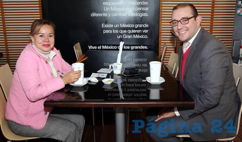 Bertha Alicia Lechuga Lara y Enrique Gómez Salinas, abogado, platicaron en Café Punta del Cielo