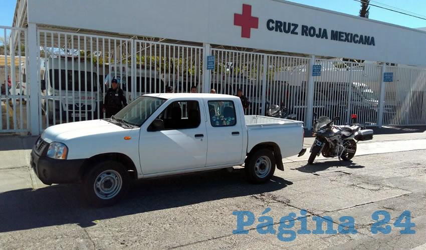 Los delincuentes hurtaron la unidad Nissan pick up, pero finalmente la abandonaron afuera de la Cruz Roja