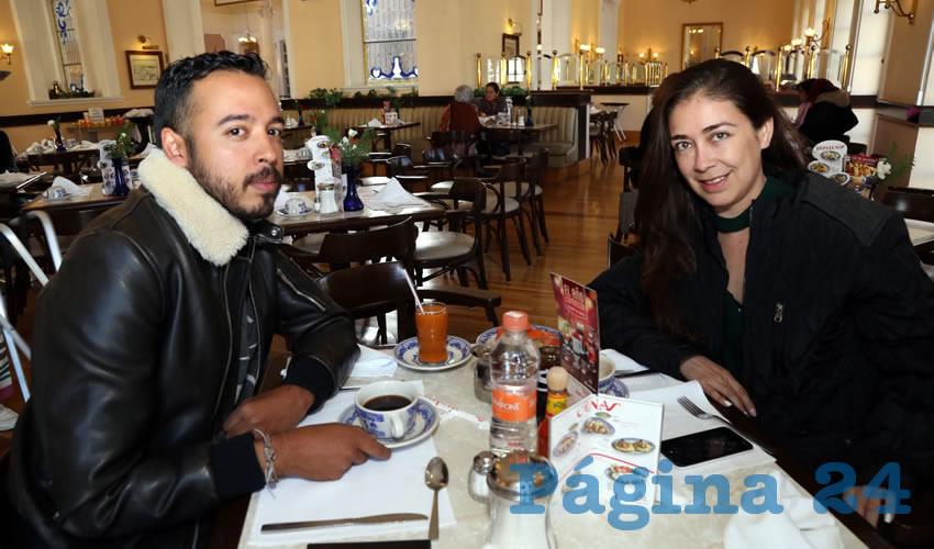 En Sanborns Francia compartieron el pan y la sal Alan Palafox Porter y Lucero Ruiz Durón, jefa de Relaciones Publicas de Comunicación en el Municipio de Aguascalientes