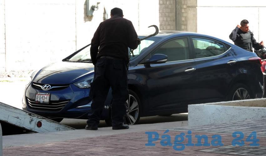 El vehículo Hyundai Elantra que, usando pistolas de postas, hurtaron Santiago Escobedo Cárdenas y su cómplice, el cual logró escabullirse