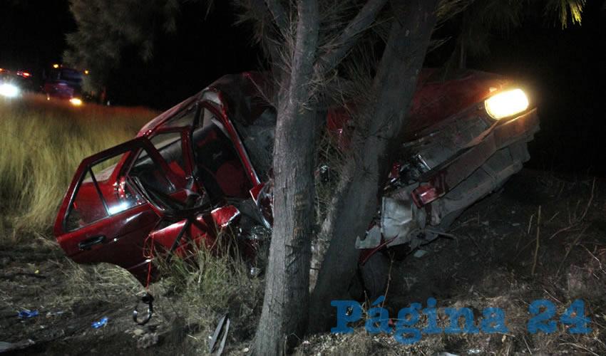 Automóvil se Estampa en un Árbol; hay Tres Heridos
