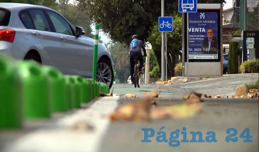 En el caso de la nueva ciclovía de avenida México, el confinamiento es con postes de plástico que son retráctiles para que duren más; sin embargo abarcan alrededor de 40 centímetros, quitándole parte de la vía a ciclistas
