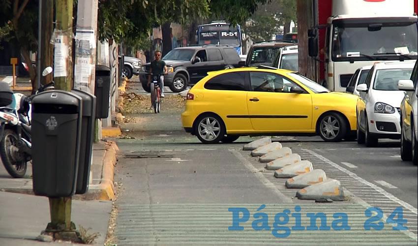 Con los señalamientos destrozados se encuentra la ciclovía de avenida La Paz, que tiene poco más de un año funcionando/Fotos: Francisco Andalón López