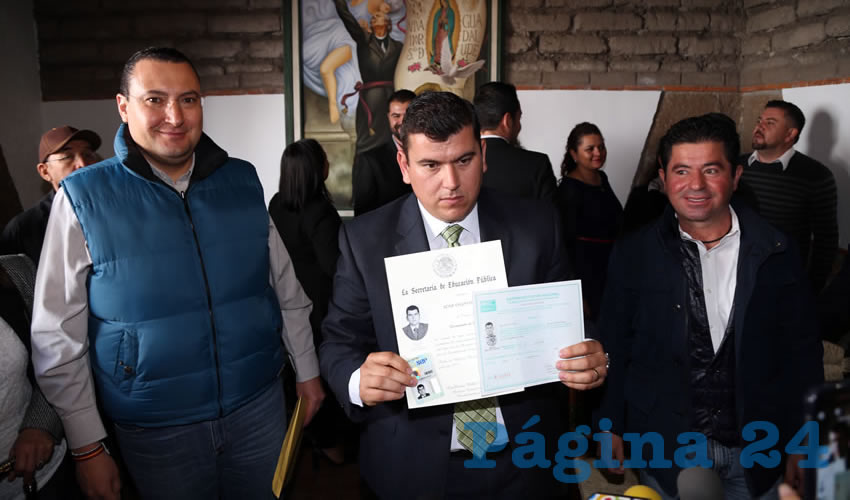 """Adán Valdivia mostró a los medios de comunicación su """"segundo"""" certificado de bachillerato así como su título y cédula profesional que fueron emitidos por la SEP y que ostenta sin ninguna impugnación en su caso"""