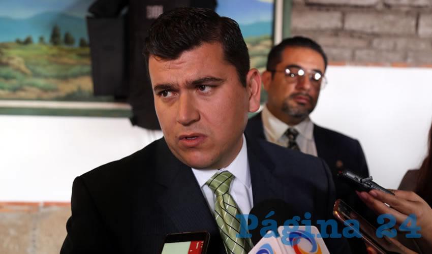 Adán Valdivia López, presidente municipal de Calvillo, ofreció una rueda de prensa para dar su versión sobre la información que señala que un juez federal lo sentenció a cuatro años de prisión y al pago de una multa de 11 mil 964 pesos por usar un certificado de estudios de bachillerato falso