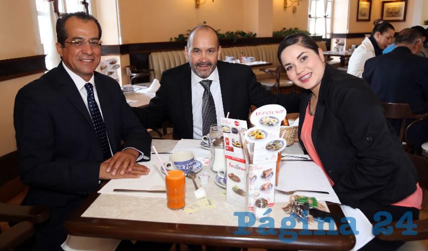 Francisco Rodríguez Delgado, diputado local; César López Rodríguez y Luz María García Hernández, compartieron el pan y la sal en Sanborns Francia