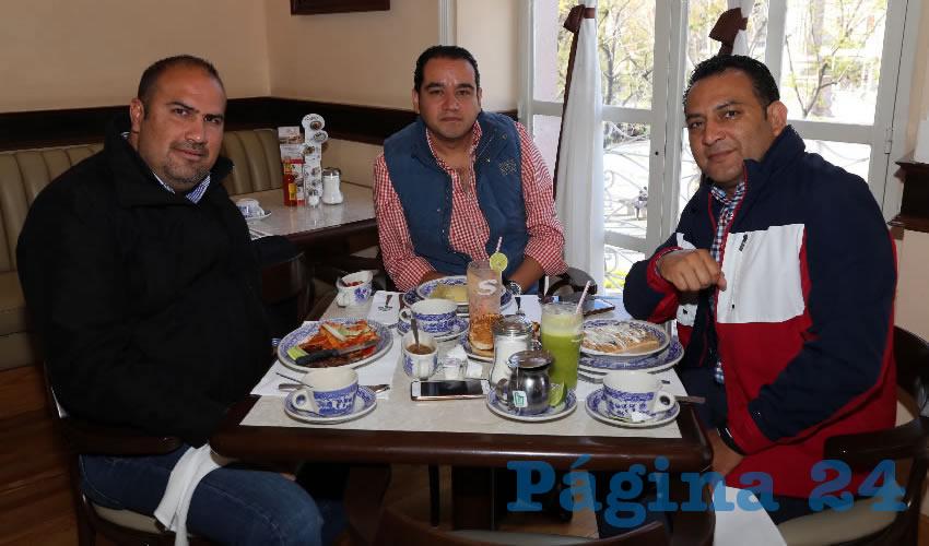 En Sanborns Francia almorzaron Jorge Rocha Pérez, Guillermo Flores Suárez del Real y Rodolfo Téllez Moreno, jefe de la Oficina Ejecutiva de la Presidenta Municipal de Aguascalientes