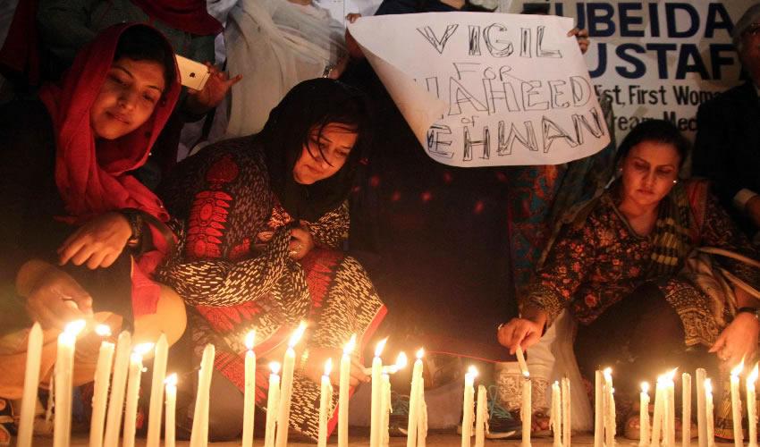 Hay al Menos 88 Muertos por  Atentado en Templo Pakistaní