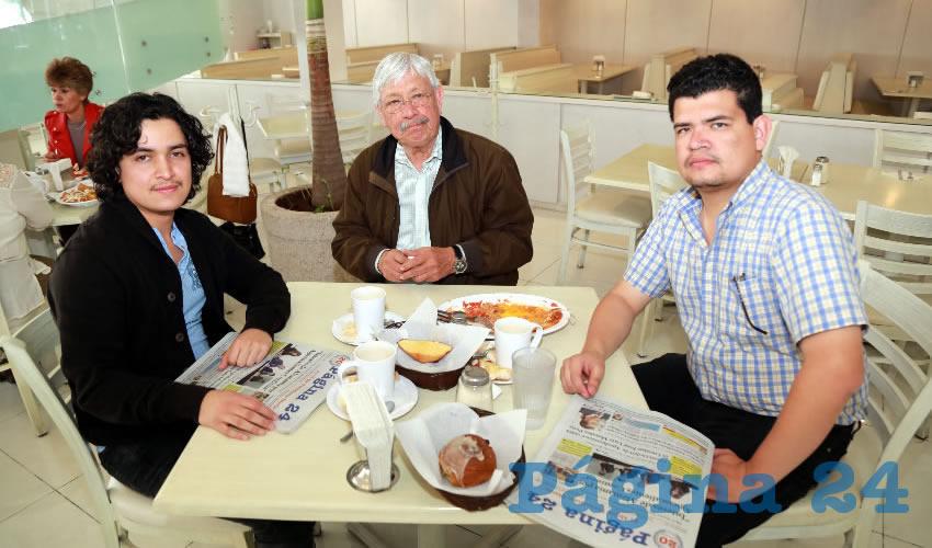 En el restaurante Del Centro desayunaron Alberto Bañuelos Solís, Manuel de Jesús Bañuelos Hernández, representante de Morena en el IEE; y Leonardo Bañuelos Solís