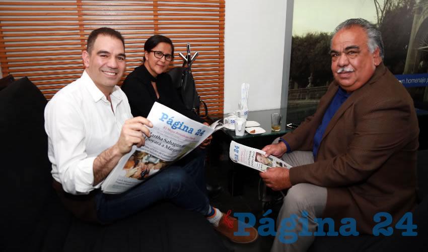 En Café Punta del Cielo departieron el periodista Alberto Romero, Adriana Jurado, coordinadora de Comunicación Social de Gobierno del Estado; y Armando Roque Cruz, titular de la Seguot