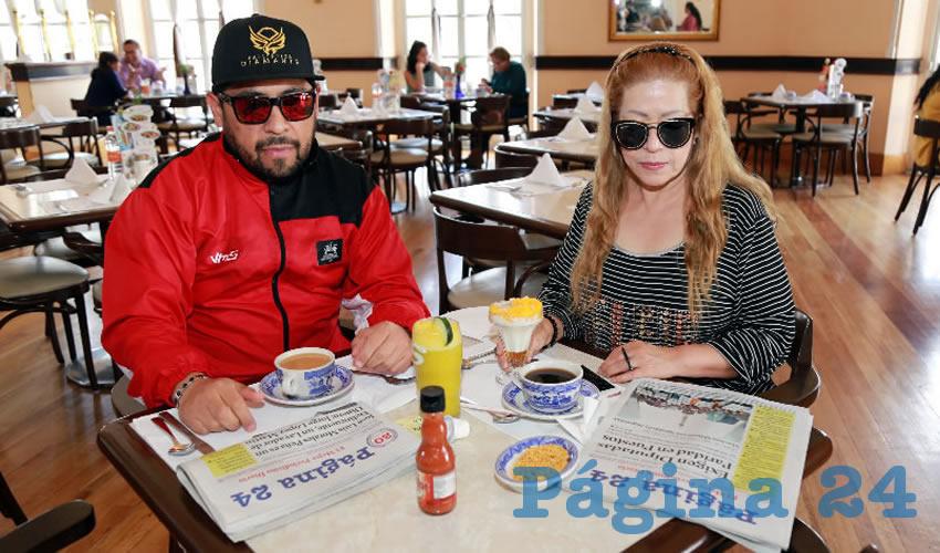 En Sanborns Francia almorzaron Mario César Macías Zúñiga, y la empresaria Josefina Cruz.