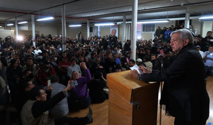 Se Manifiestan por los 43 y Migrantes en Asamblea de AMLO en Nueva York