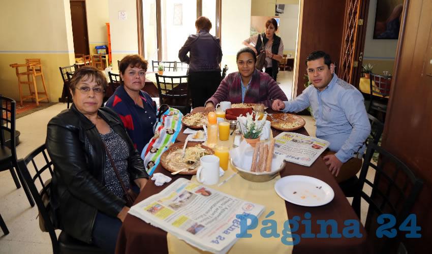 En el restaurante Los Antojitos de Carranza desayunaron Gilda Flores Navarro, Mayra Romero Flores, Michelle Romero Sánchez y Ricardo Martínez Bermúdez