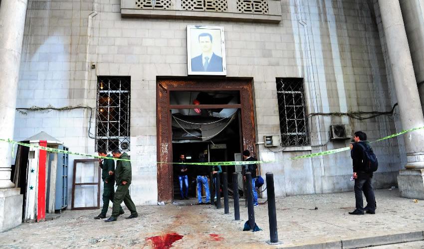 Damasco, Siria.- Cordón policial en el Palacio de Justicia, luego de que un atacante suicida detonó un cinturón de explosivos (Foto: Xinhua)