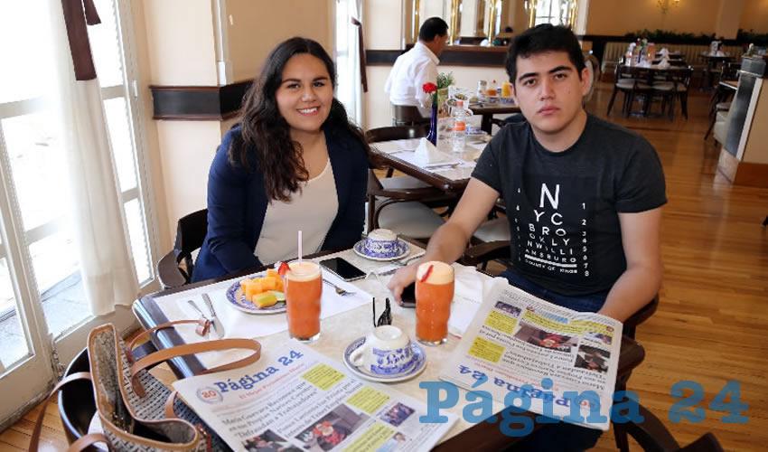 Anahí Cabrera Mata y Emiliano Floriano Zermeño desayunaron en Sanborns Francia