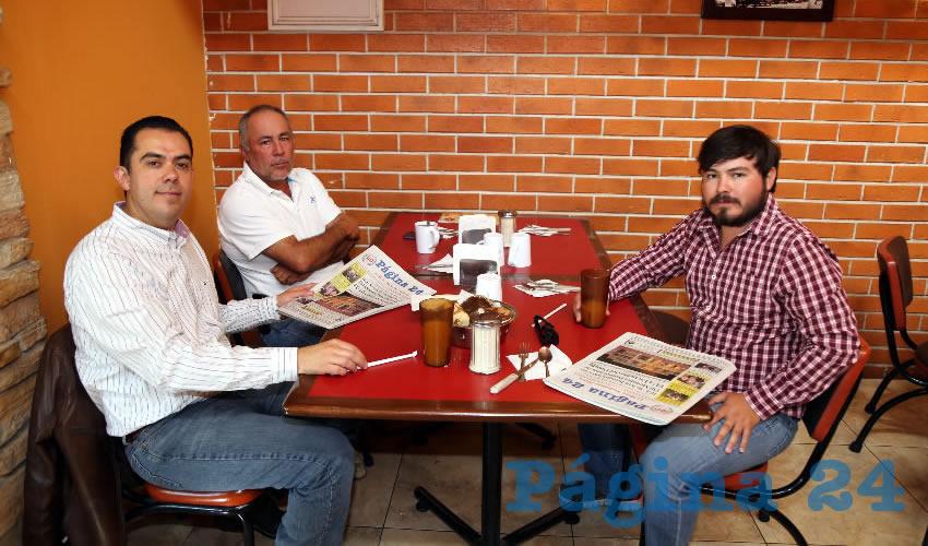 En el restaurante Las Antorchas almorzaron Manuel Alejandro González Martínez, secretario de Desarrollo Rural y Agroempresarial (Sedrae); Mario Lozano Loera y Mario Lozano Velasco, productores de Calvillo