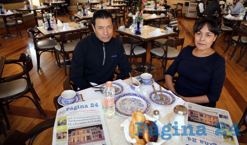 En Sanborns Francia compartieron el primer alimento de la mañana Martín Alonso Rosas y Petra Cruz Lara