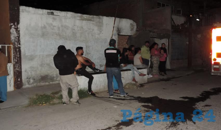 Heridos y vecinos, afuera de la casa atacada por dos delincuentes