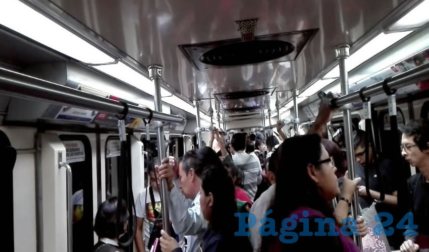 Hubo usuarios que consideraron que retirar los pasamanos no ha servido de nada, puesto que la gente sigue parada en los accesos de los vagones, con la diferencia que ahora se detienen de los tubos de los costados, por lo que se generan más dificultades para entrar y salir del tren/Foto: Francisco Andalón López