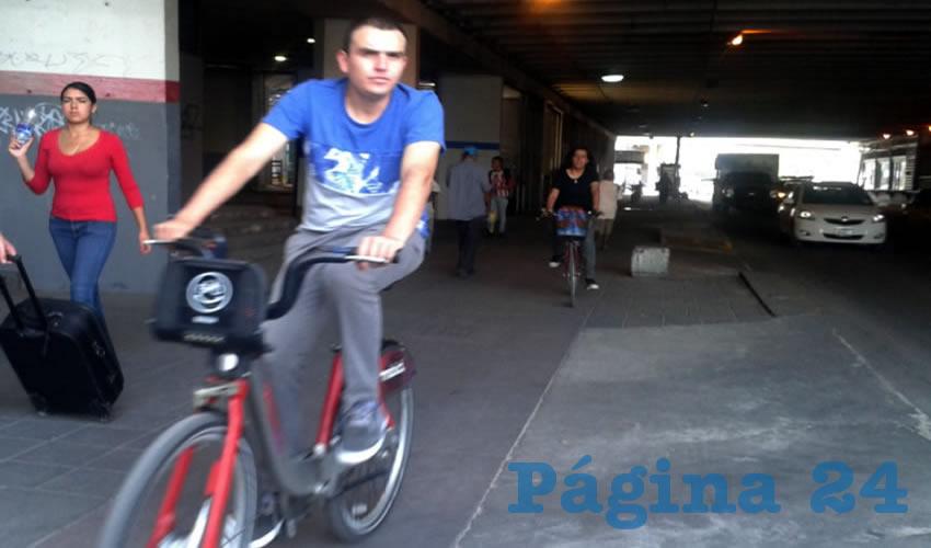 """El usuario de la bicicleta, como el peatón o el automovilista, es un actor en la movilidad urbana, y como tal """"debe aprender a respetar a incorporarse en ese contexto"""", pues ya existe una ley que norma lo que sí y lo que no deben hacer los ciclistas, explicó el panista Alfonso Petersen/Foto: Francisco Tapia"""