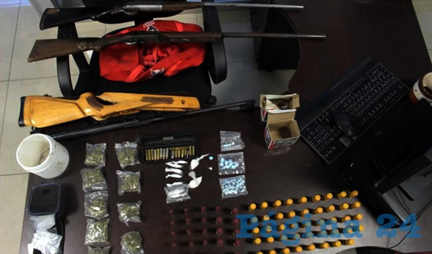 Los armas de fuego, balas y droga que le fueron decomisadas a los tres sujetos