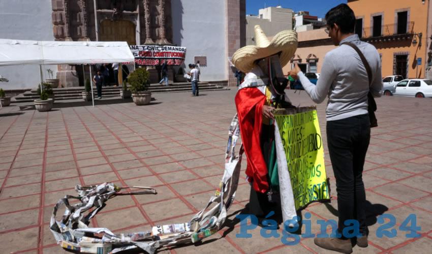 """Martín """"Pueblo"""" Macías Hernández, manifestante: """"Me indigna que esas actitudes violentas trastoquen a los medios de comunicación"""" (Foto Merari Martínez Castro)"""