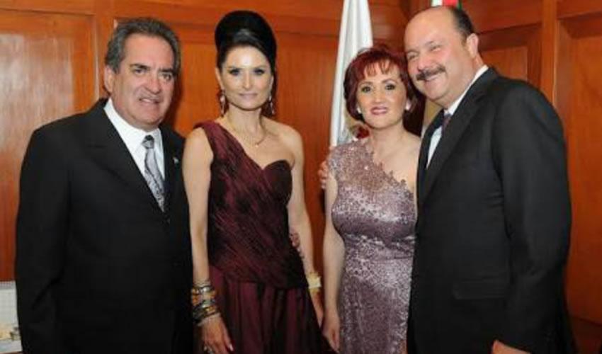 Carlos Lozano de la Torre y su amigo César Duarte Jáquez, con sus esposas ...el exgobernante de Chihuahua anda escondido...