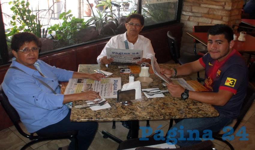 Marisela Vela Aguilar, María Eugenia Vela y Daniel Molina, quien viene de Oaxaca, compartieron el primer alimento del día en Las Antorchas