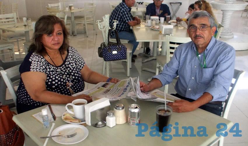 Nelly Saucedo Valero y Sergio Narro de la Fuente, visitantes de Saltillo, Coahuila, desayunaron en el restaurante Del Centr