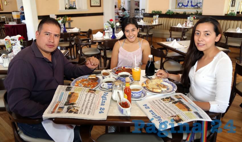 En Sanborns Francia almorzaron Raúl Torres Flores, Sarahí Pineda Corona y Yazmín Corona Ruiz