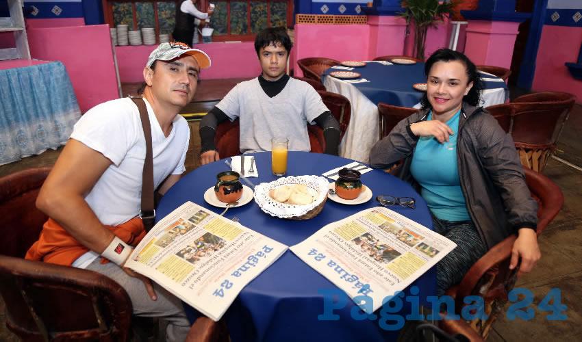 En el restaurante La Saturnina compartieron el pan y la sal Alejandro Vélez Saucedo, Andrés Vélez Rojo y la doctora Cecilia Rojo López