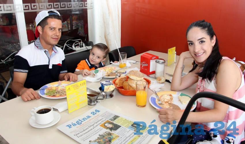 Los esposos Ottoniel Ornelas Alba, Diana García Castro y el pequeño hijo de ambos, desayunaron en el restaurante Mitla