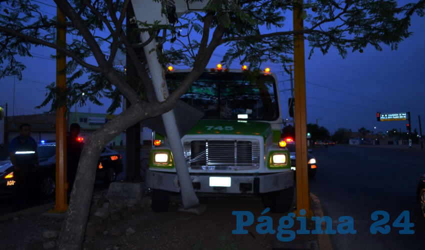 El autobús se estampó contra un poste sobre bulevar Guadalupano