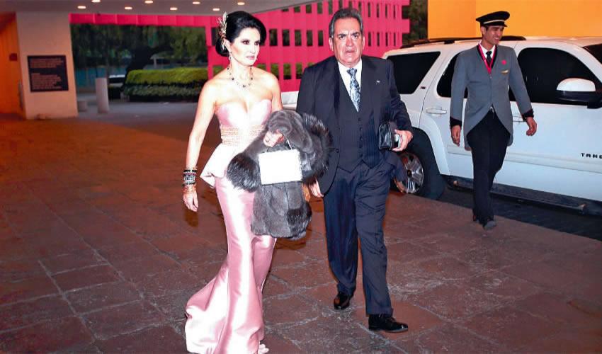 Ciudad de México: Blanca Rivero Rio y Carlos Lozano de la Torre, la pareja que gobernó el estado de Aguascalientes de 2010 a 2016, fueron de los invitados a la boda de la hija del líder petrolero, en la terraza del hotel Camino Real en Polanco