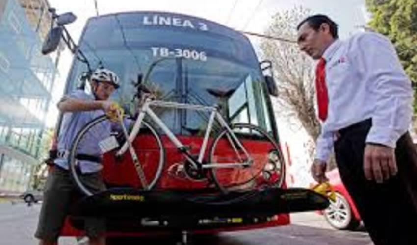 Rara avis: Un camión de los pertenecientes al SiTren, o al a línea 2 del tren ligero, sostiene una bicicleta en la parrilla instalada en el frente; esto debería ser la norma, o al menos ocurrir en más casos, de acuerdo con ciclistas de Guadalajara/Foto: Cortesía