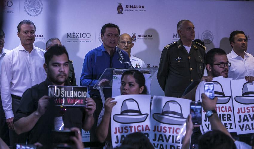 Periodistas dan la Espalda a Osorio Chong