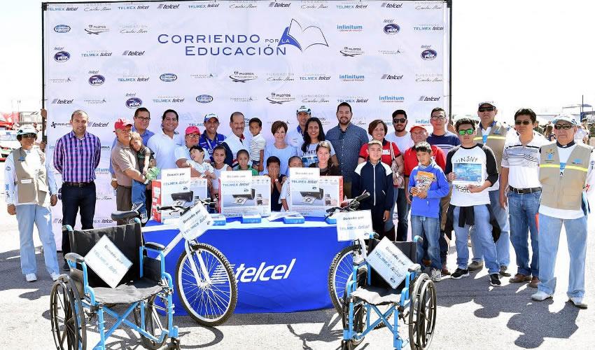 El jefe del Ejecutivo y la presidenta del DIF estatal, junto con Fausto Cota Chirino, director de operaciones de la Fundación Telmex Telcel, entregaron los artículos y becas