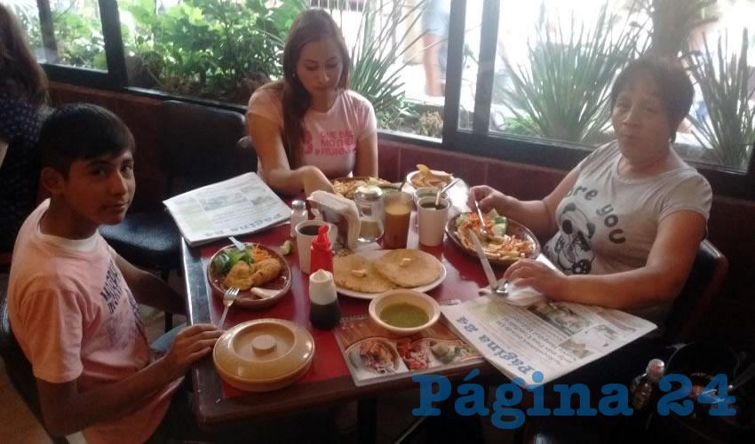 Manuel Alejandro Carrillo Ulalde, Érika Ulalde y la señora Beatriz Bolaños tomaron sus alimentos en el restaurante Las Antorchas