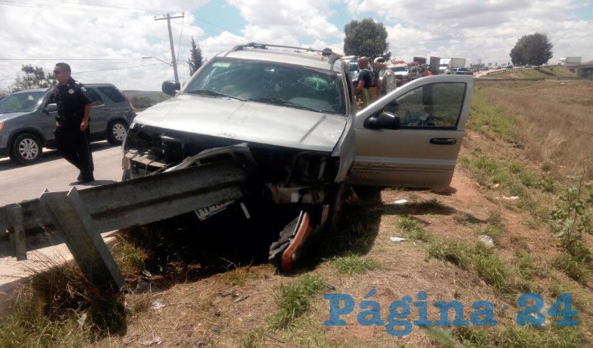 La barrera metálica de contención se incrustó en la camioneta; el conductor sufrió fracturas expuestas en ambos pies