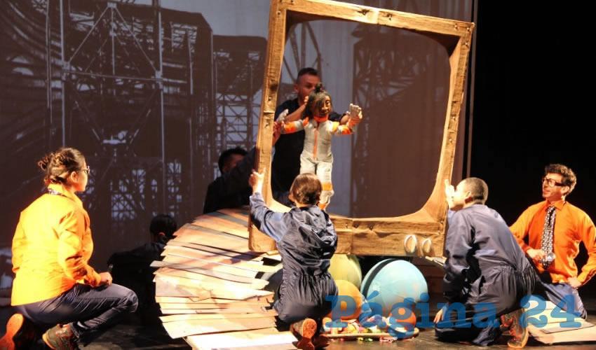 La puesta en escena de la obra fue realizada ayer domingo, en el Teatro Fernando Calderón, que lucía con una gran audiencia compuesta por niños y padres de familia, asiduos asistentes a las presentaciones de teatro del programa Vive la Ciudad Infantil (Foto Rocío Castro Alvarado)