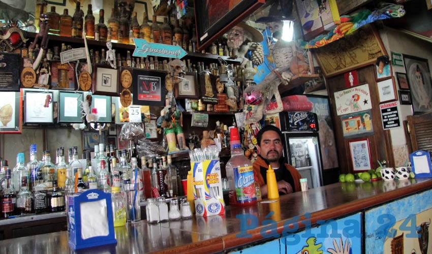 """La cantina es atendida por la familia Llamas Zamora, desde el año de 1928, cuando compraron la tienda de abarrotes, y a lo largo de los años, se han encargado de """"poner a la gente borracha"""" como relata normalmente Aníbal Llamas a los visitantes de Las Quince Letras (Foto Rocío Castro Alvarado)"""