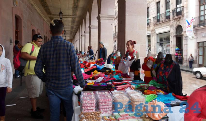 Los pabellones artesanales, son instalados comunmente durante los periodos vacacionales, en donde existen altas cantidades de turistas que pueden encontrar y adquirir productos que se realizan en la entidad (Foto Merari Martínez Castro)